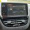 Aide au stationnement Système mains-libres Direction assistée Système audio/divertissement Système de navigation Airbag DPF / FAP Système de climatisation Ordinateur de bord ABS Vitres électriques Système ESP Antidémarrage Peinture spéciale nacre blanche métallisée  Sièges Isofix pour siège enfant    Rétroviseur extérieur électr. réglable et chauffable Système de contrôle de vitesse (régulateur de vitesse), Interface USB dans la console centrale (WIP-Plug)  Commande audio sur le volant Boîte à gants avec fonction de refroidissement Boîte à gants éclairée Transmission 5 vitesses    Carrosserie: 5 portes